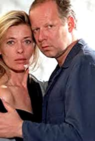 Axel Milberg and Barbara Rudnik in Liebling, bring die Hühner ins Bett (2002)