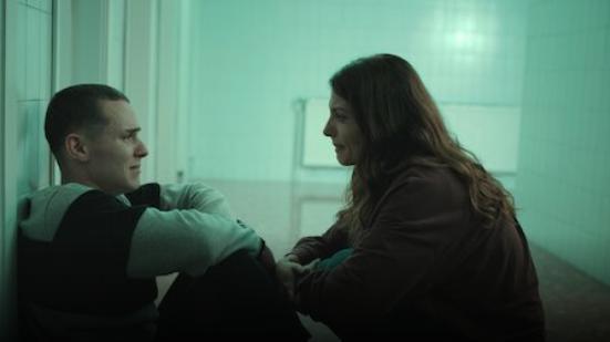 Bárbara Lennie and Arón Piper in El desorden que dejas (2020)