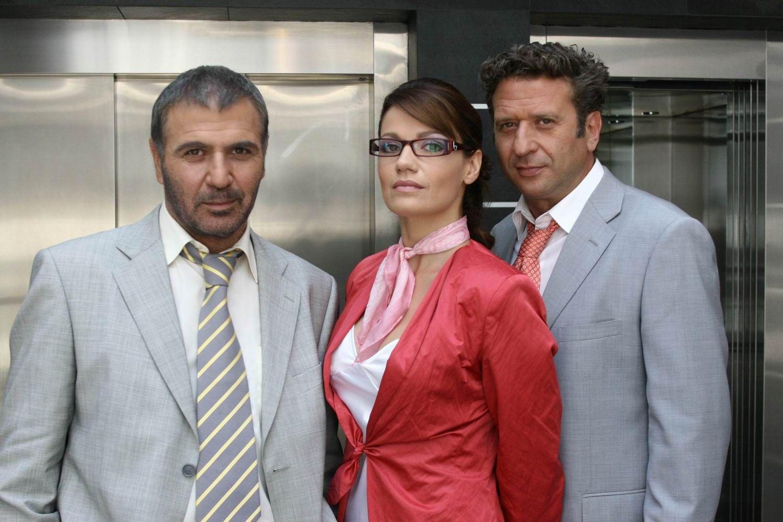 Kostas Koklas, Nikos Seryanopoulos, and Panayiota Vlanti in Polythrona gia treis (2006)