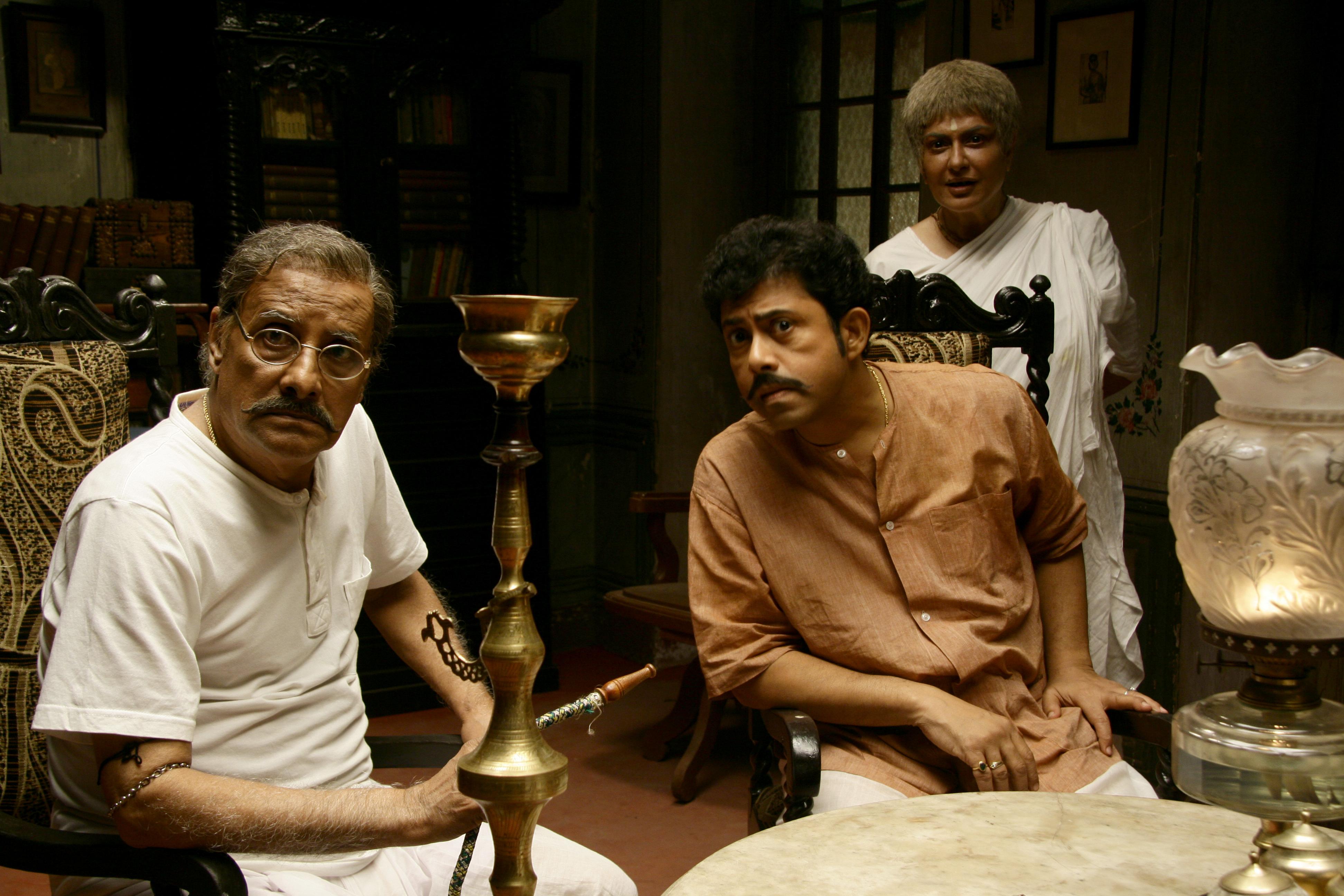 Moushumi Chatterjee, Pijush Ganguly, and Paran Banerjee in Goynar Baksho (2013)