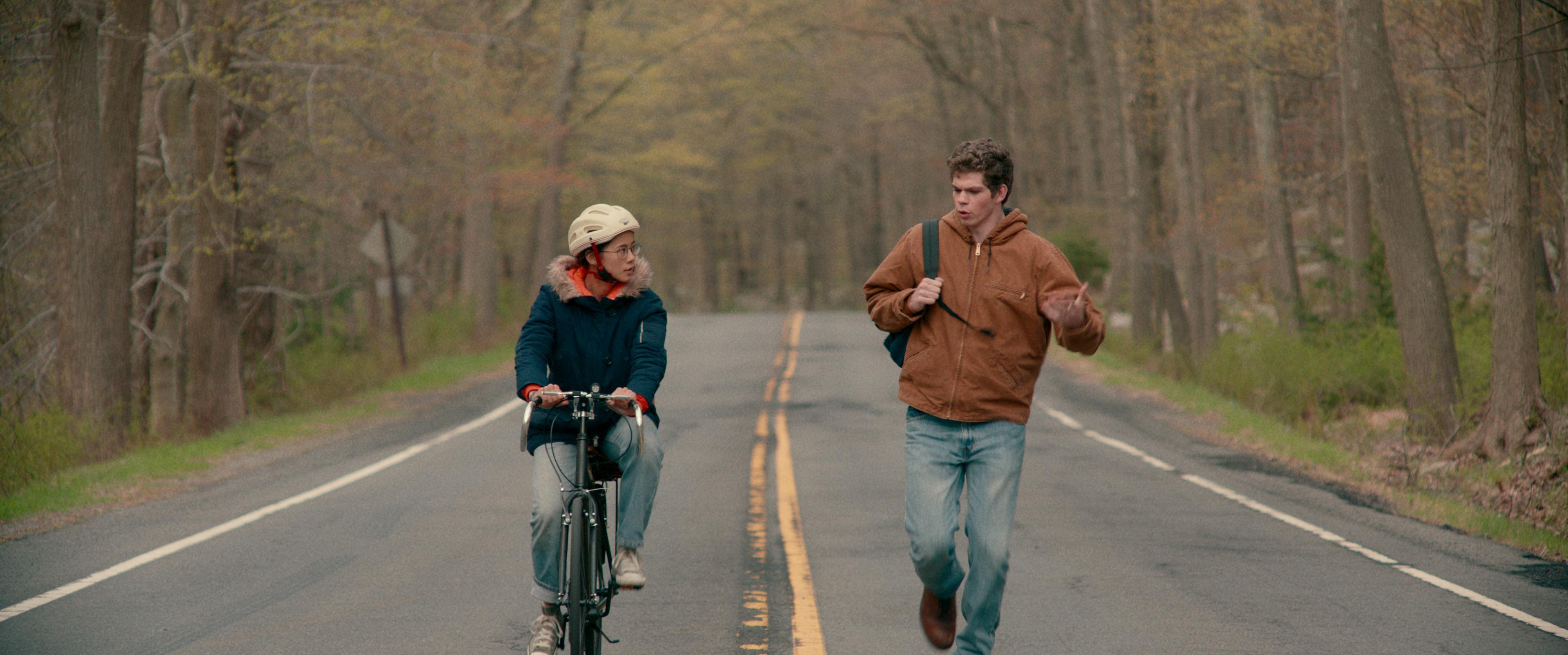 Leah Lewis and Daniel Diemer in The Half of It (2020)