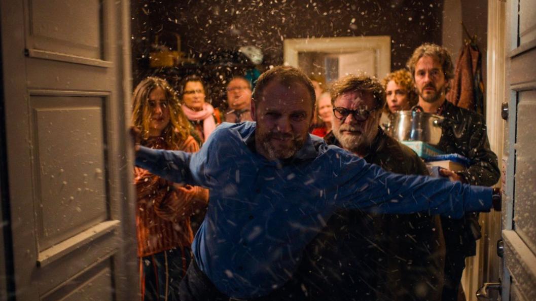 Lars Brygmann, Sofie Gråbøl, Lars Knutzon, Karen-Lise Mynster, Jacob Lohmann, and Fanny Bornedal in Den tid på året (2018)