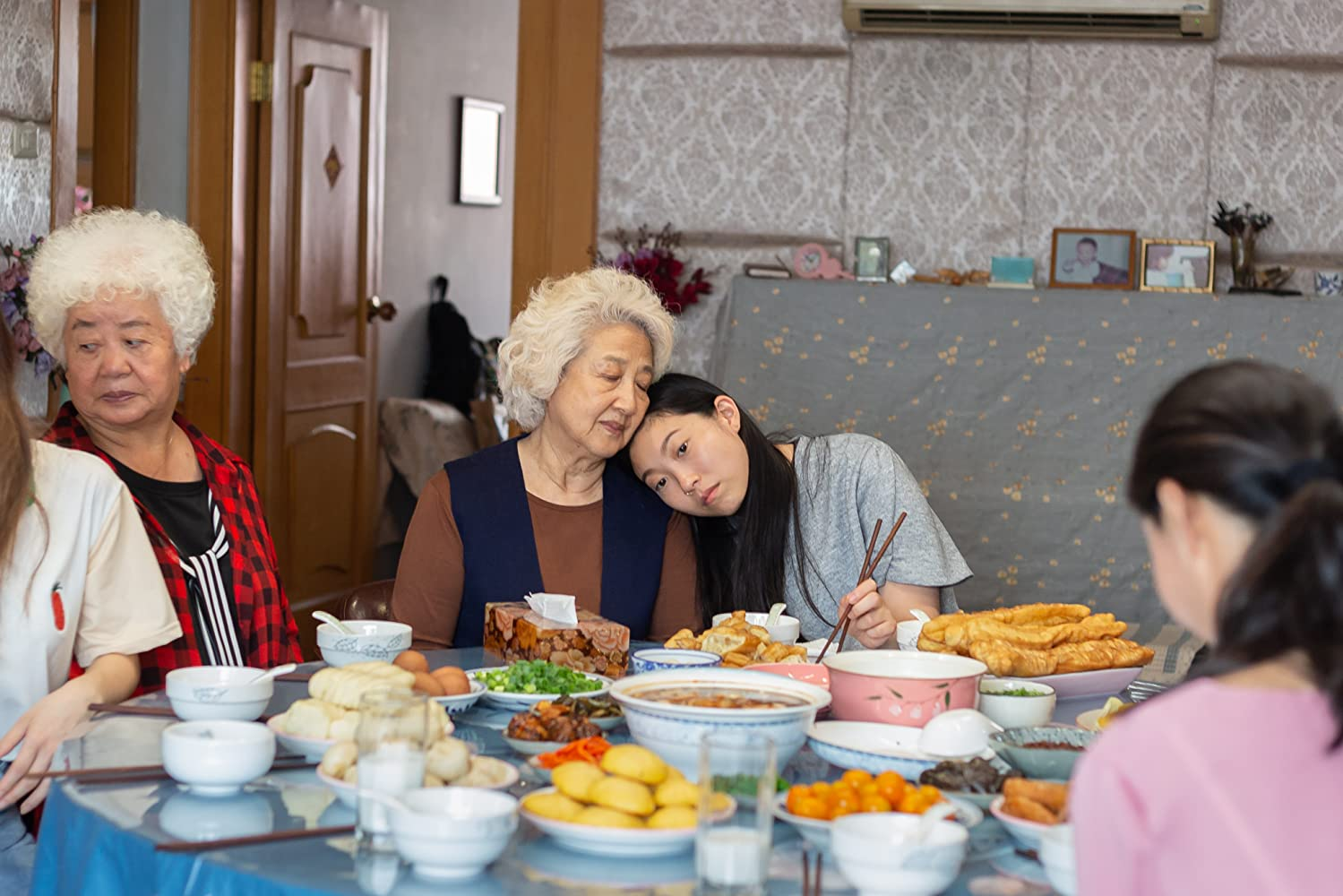 Shuzhen Zhao, Hong Lu, and Awkwafina in The Farewell (2019)