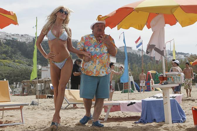 Victoria Silvstedt and Lino Banfi in Un'estate al mare (2008)