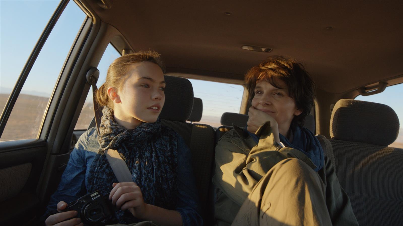 Juliette Binoche and Lauryn Canny in Tusen ganger god natt (2013)