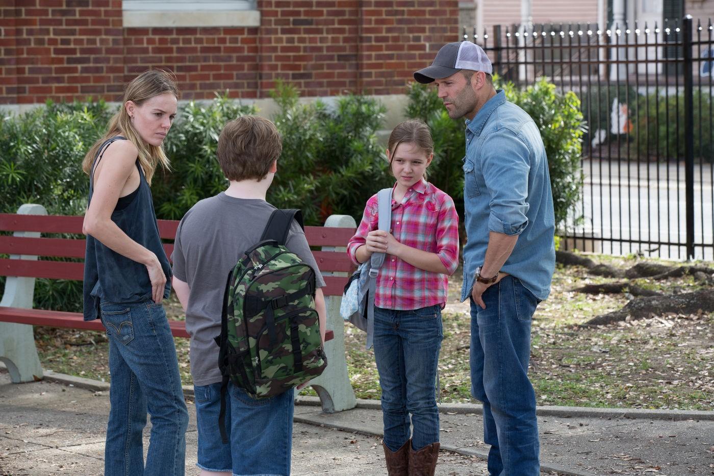 Jason Statham, Kate Bosworth, Izabela Vidovic, dan Austin Craig dalam Homefront (2013)