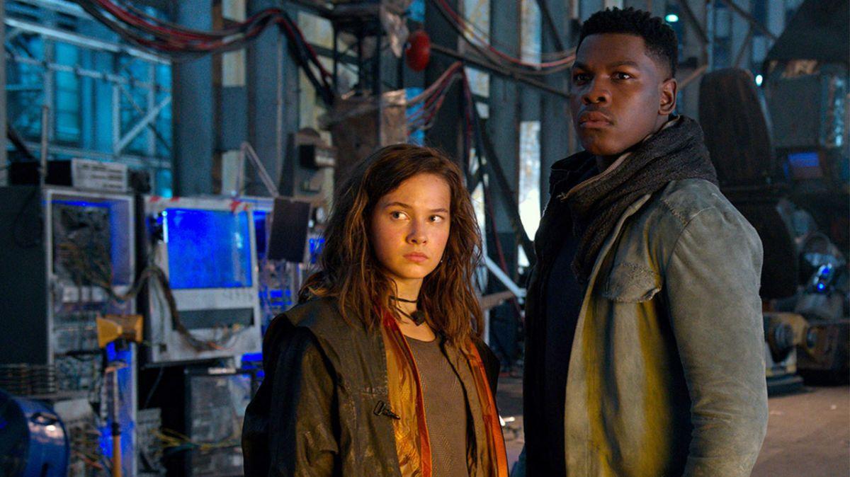 John Boyega and Cailee Spaeny in Pacific Rim: Uprising (2018)
