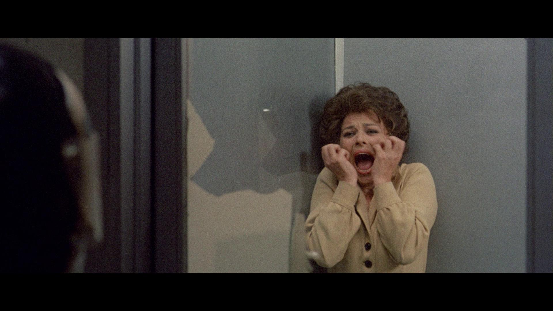 Giovanna Ralli in La polizia chiede aiuto (1974)