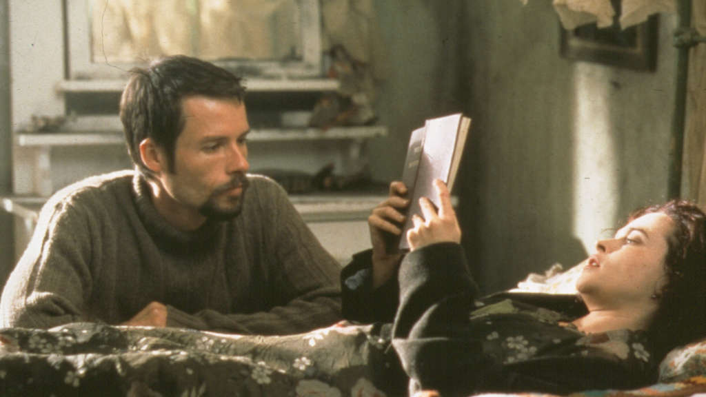 Helena Bonham Carter and Guy Pearce in Till Human Voices Wake Us (2002)