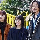 Miho Kanno, Etsushi Toyokawa, and Minami Hamabe in Uchi no musume wa, kareshi ga dekinai! (2021)
