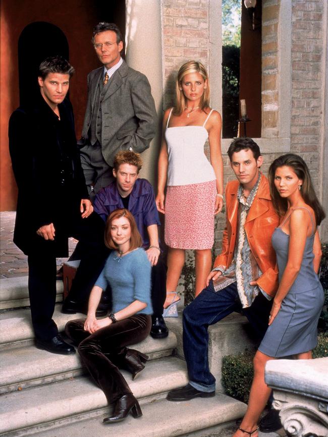 Sarah Michelle Gellar, Seth Green, David Boreanaz, Charisma Carpenter, Alyson Hannigan, Nicholas Brendon, and Anthony Head in Buffy the Vampire Slayer (1997)