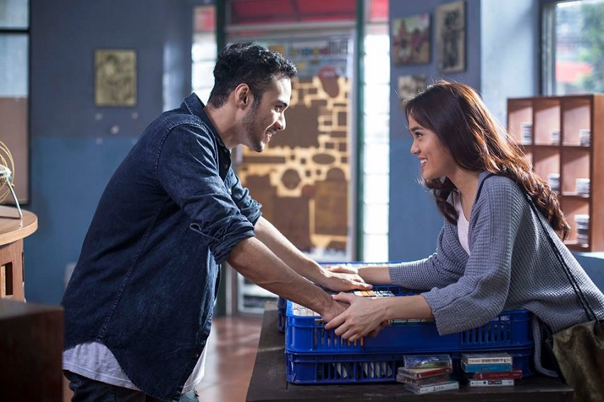 Sheryl Sheinafia and Refal Hady in Galih dan Ratna (2017)