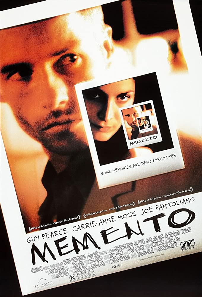 Guy Pearce and Carrie-Anne Moss in Memento (2000)