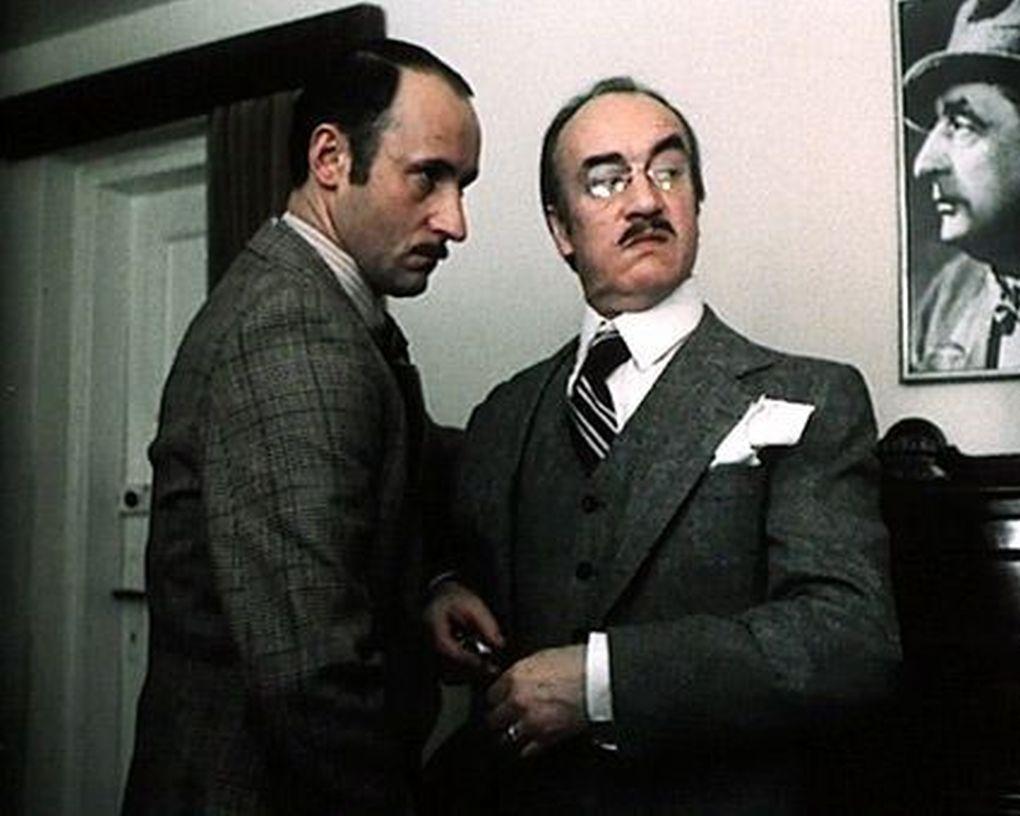 Piotr Fronczewski and Wieslaw Michnikowski in Hallo Szpicbródka, czyli ostatni wystep króla kasiarzy (1978)