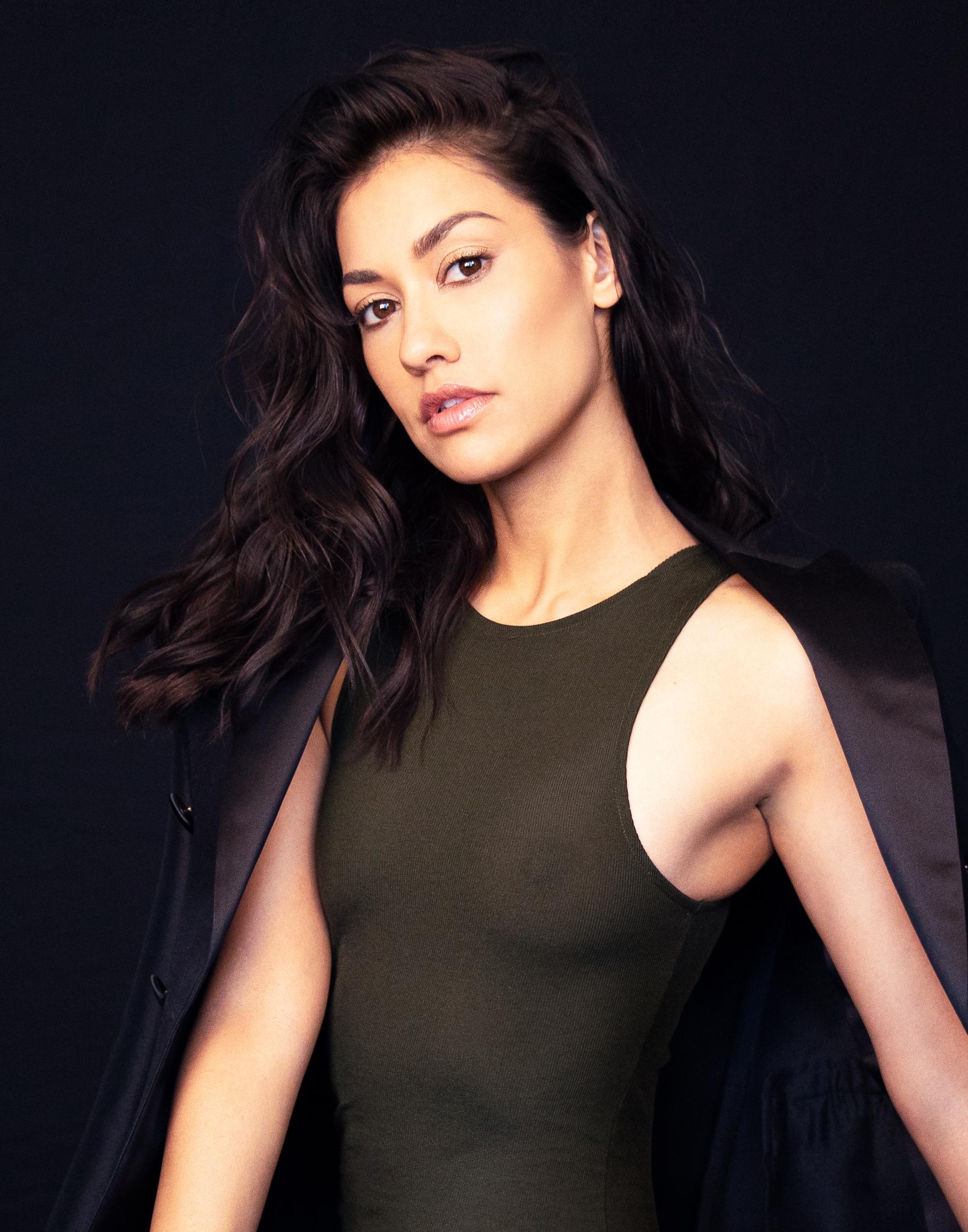 Актер девушка модель работа девушка в магазине на работе фото