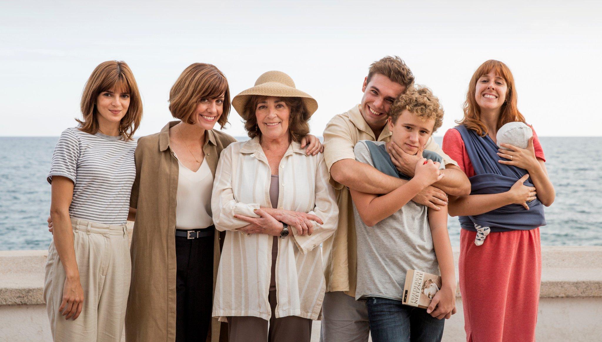 Carmen Maura, Clara Lago, Alexandra Jiménez, Carlos Cuevas, Paula Malia, and León Martínez in Gente que viene y bah (2019)