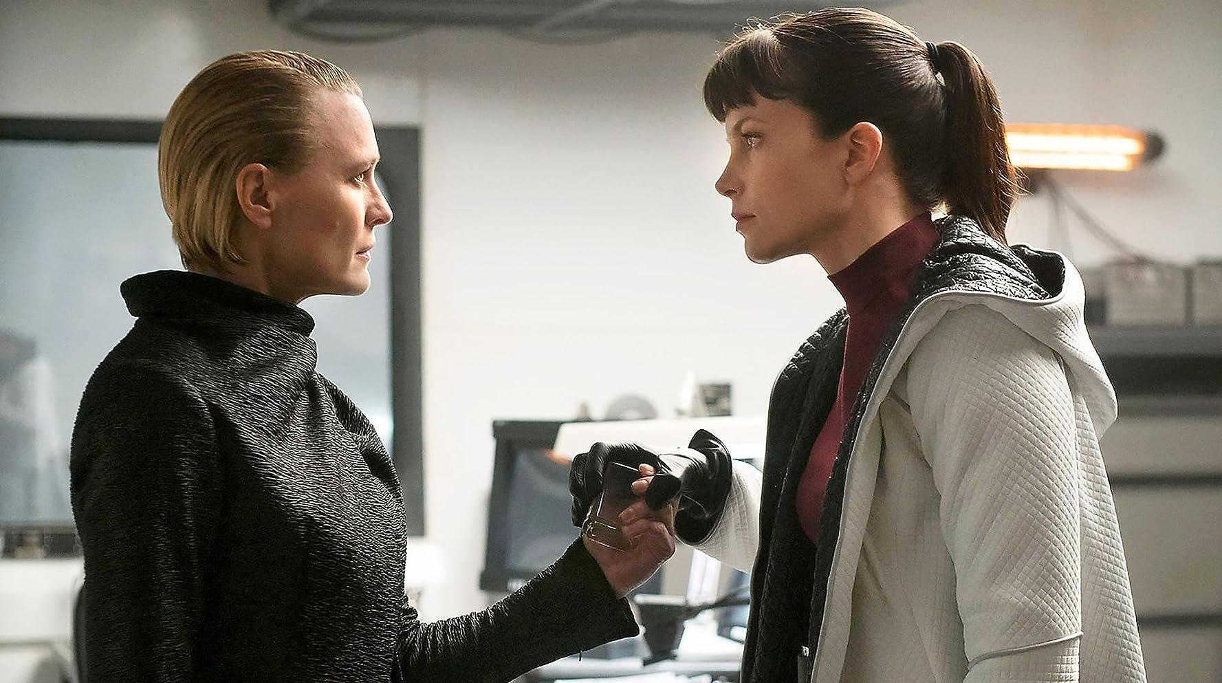 Robin Wright dan Sylvia Hoeks dalam Blade Runner 2049 (2017)