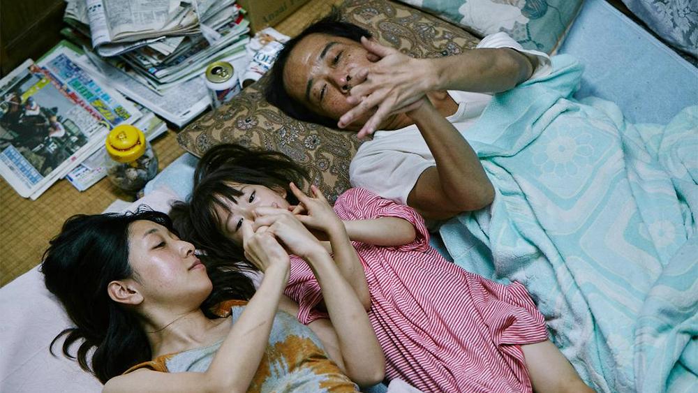 Lily Franky, Sakura Andô, and Miyu Sasaki in Manbiki kazoku (2018)