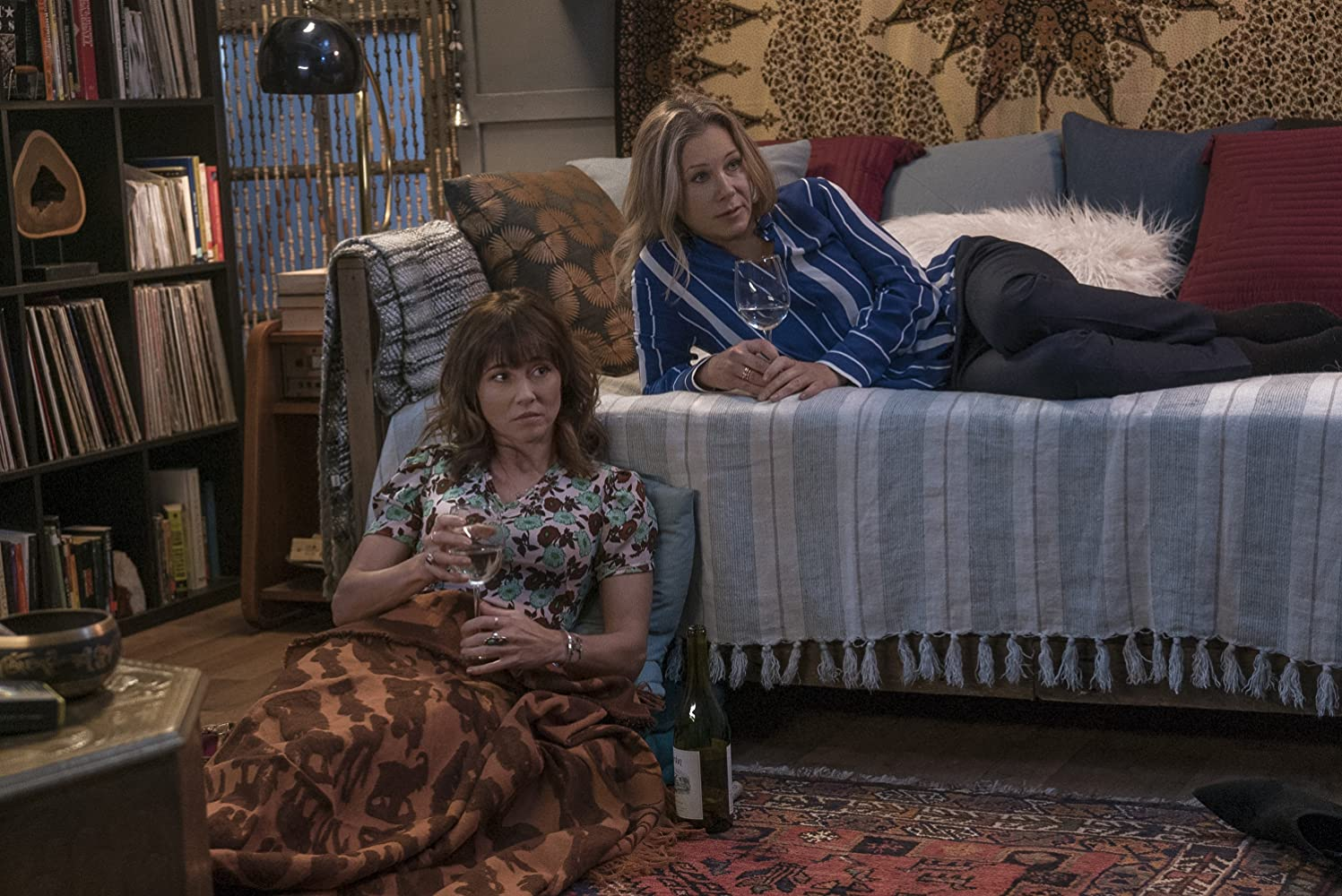 Christina Applegate and Linda Cardellini in Dead to Me (2019)