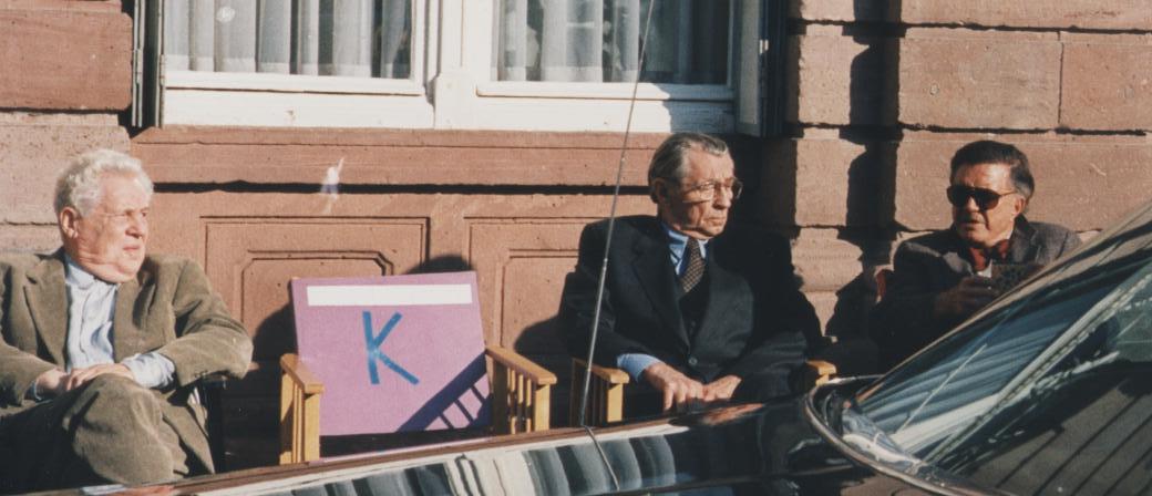 Robert Mitchum, Erland Josephson, and Cliff Robertson in Pakten (1995)