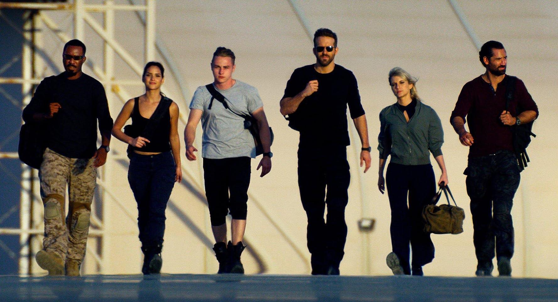 Ryan Reynolds, Mélanie Laurent, Manuel Garcia-Rulfo, Corey Hawkins, Ben Hardy, and Adria Arjona in 6 Underground (2019)