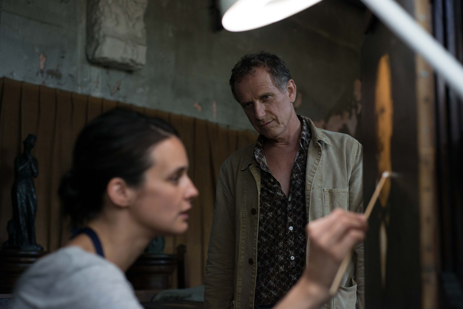 Charles Berling and Jennifer Decker in Un beau voyou (2018)