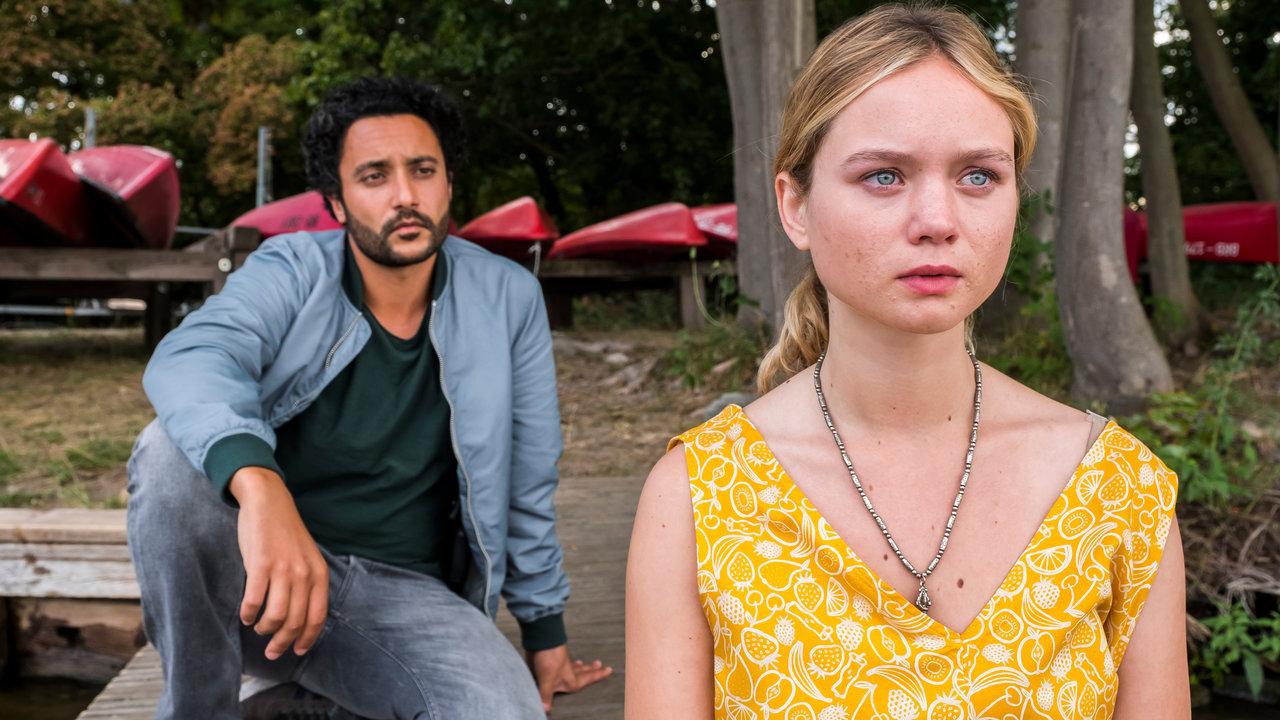 Omar El-Saeidi and Sofie Eifertinger in Hass ist mein Hobby (2021)