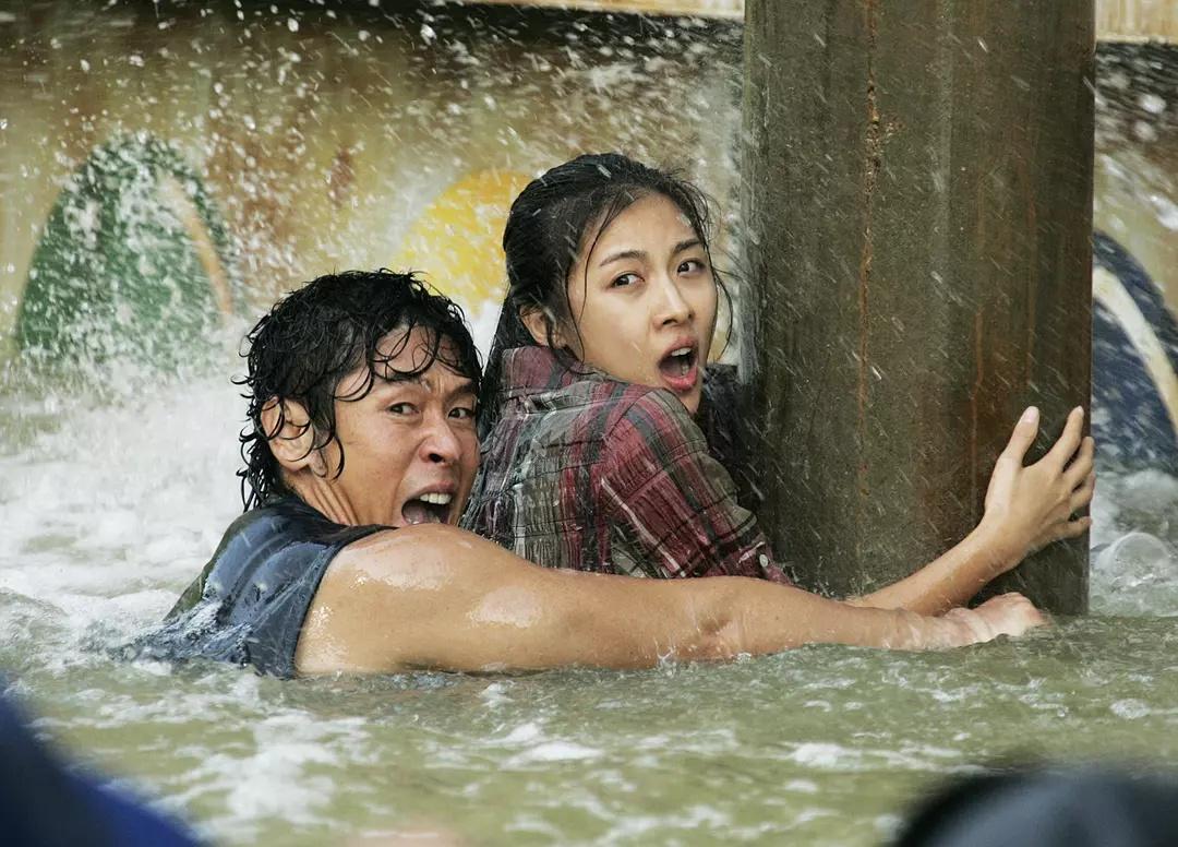 Ha Ji-Won dan Sol Kyung-gu dalam Haeundae (2009)