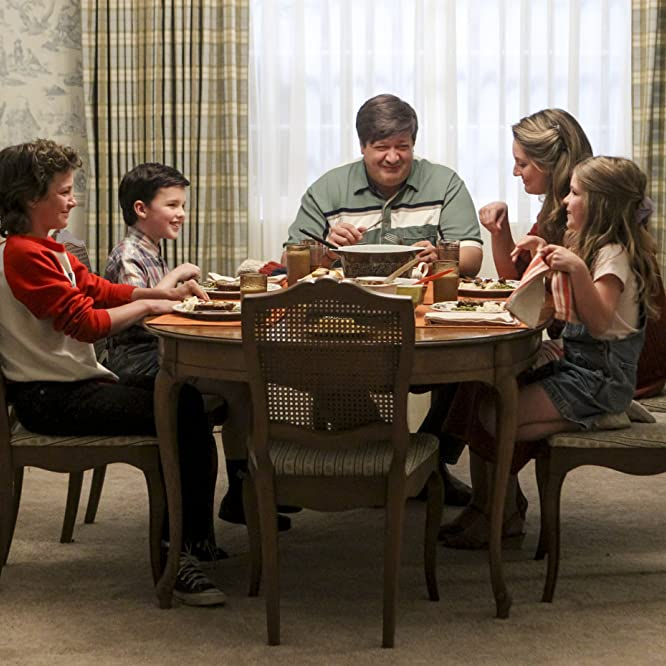 Lance Barber, Zoe Perry, Raegan Revord, Montana Jordan, and Iain Armitage in Young Sheldon (2017)