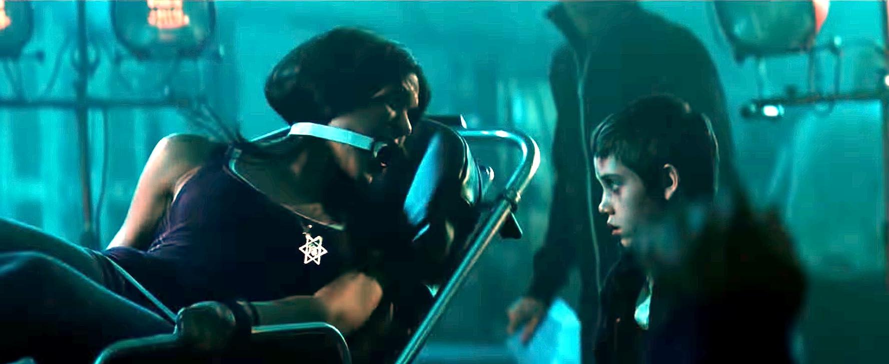 Salah satu adegan di dalam film The Unborn