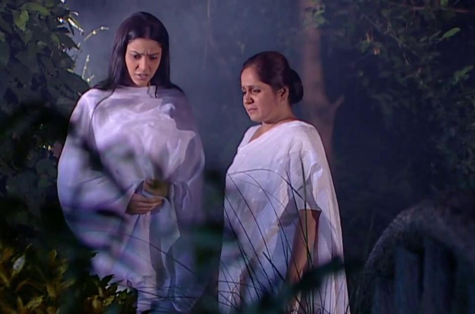 Madhavi Gogate and Aamna Sharif in Kahiin To Hoga (2003)