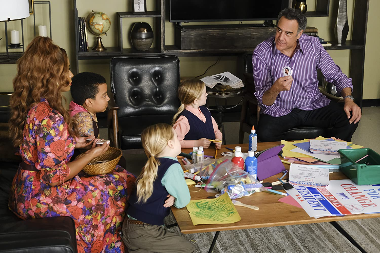 Brad Garrett, Kimrie Lewis, Ella Allan, Mia Allan, and Devin Trey Campbell in Single Parents (2018)