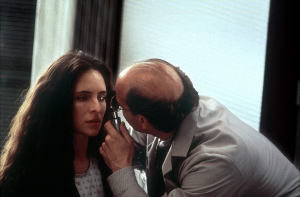 Madeleine Stowe and Peter Friedman in Blink (1993)