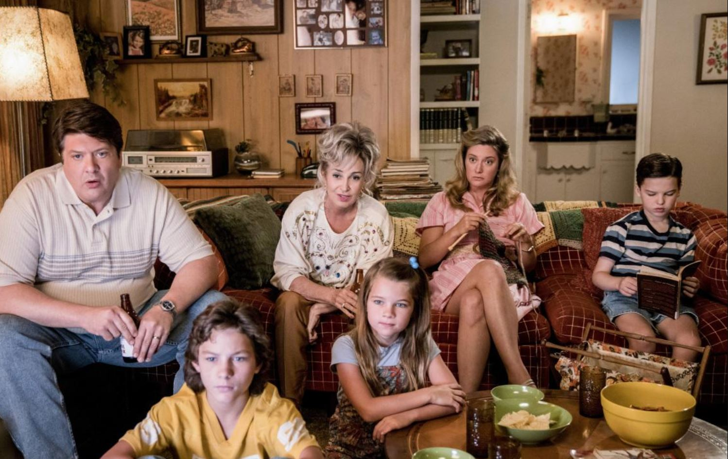 Annie Potts, Lance Barber, Zoe Perry, Raegan Revord, Montana Jordan, and Iain Armitage in Young Sheldon (2017)