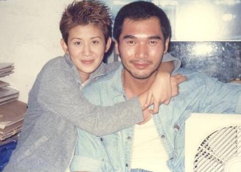 Alex Fong and Sandra Kwan Yue Ng in Goo wak chai: Hung Hing Sap Sam Mooi (1998)