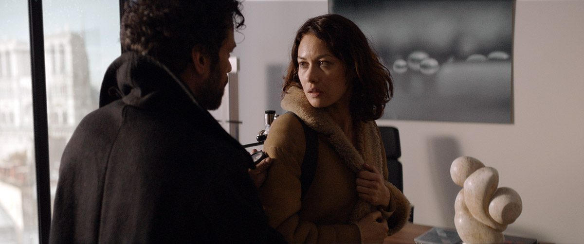 Romain Duris and Olga Kurylenko in Dans la brume (2018)