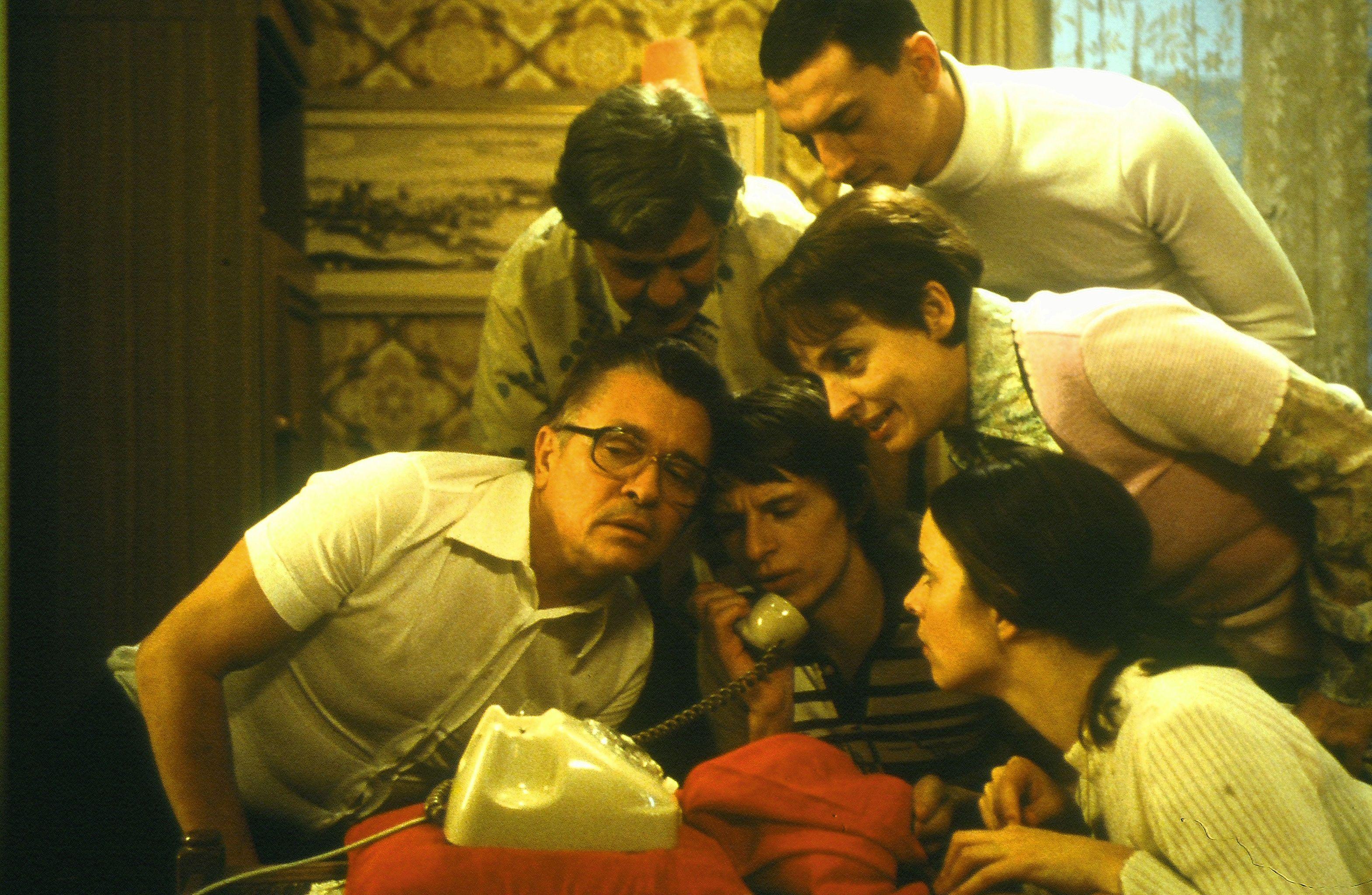 Henry Hübchen, Ignaz Kirchner, Annika Kuhl, Samir Osman, Alexander Scheer, and Katharina Thalbach in Sonnenallee (1999)