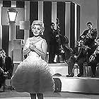 Monna Bell in Las recién casadas (1962)