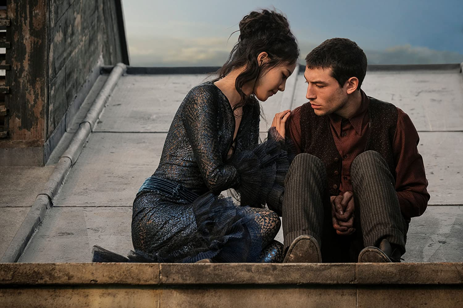 Claudia Kim and Ezra Miller in Fantastic Beasts: The Crimes of Grindelwald (2018)