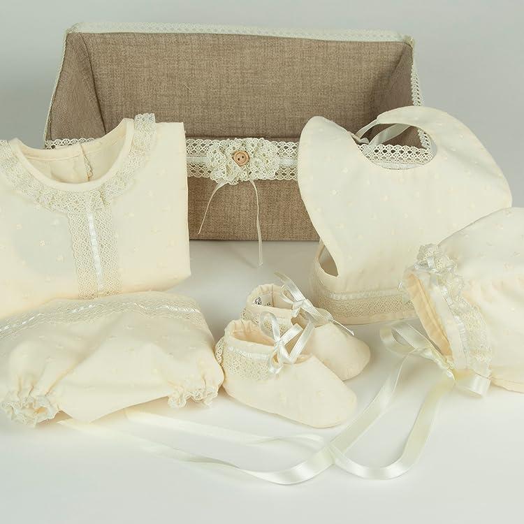 Canastilla de bebé Unisex Azalea en Plumeti beige vainilla con fornituras en tiras bordada con cinta de raso y puntilla de encaje de hilo.