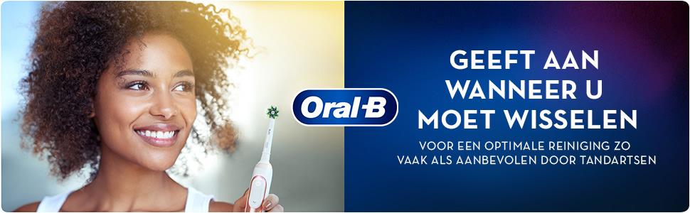 Vrouw die een tandenborstel vasthoudt. WAARSCHUWT WANNEER U MOET WISSELEN VOOR MAXIMALE REINIGING.