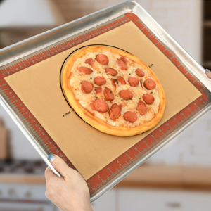 pizza sur plaque à pâtisserie avec tapis de cuisson en silicone