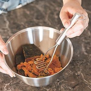 仕事中に煮詰まってきたときはアロマストーンにオイルを垂らして気分転換を。面倒な手入れがいらず、家じゅうで使えます。