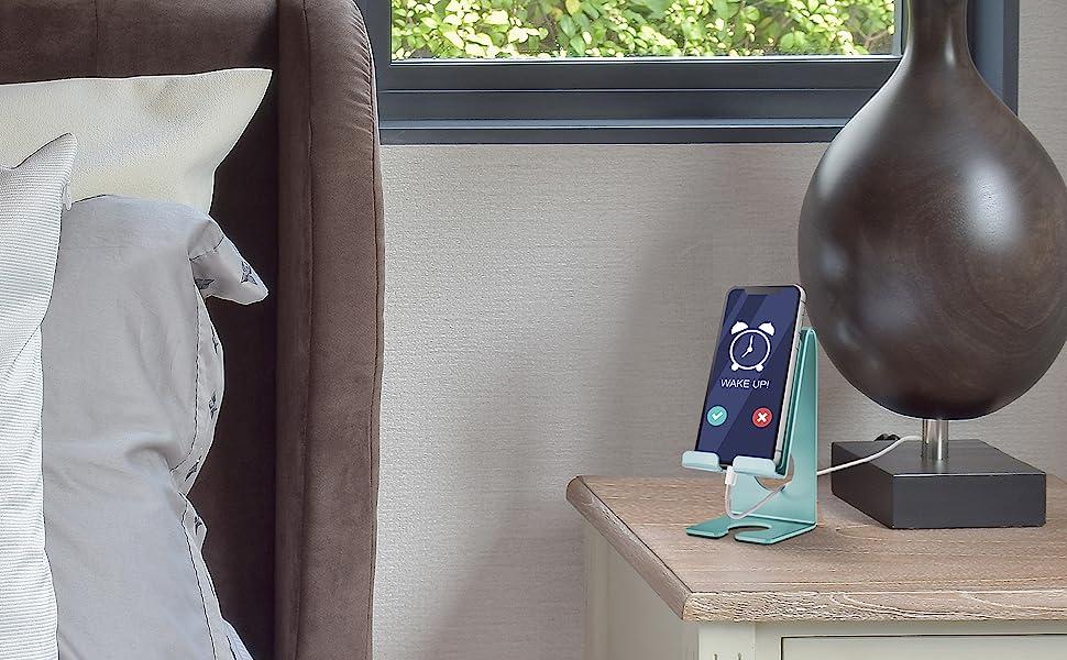 O suporte pode ser usado no quarto apoiando o celular usando como despertador