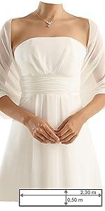 Frau im ivory Kleid mit einer ivory, im Rücken geknoteter Stola
