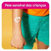 Texto: Pele sensível das crianças; Imagem: protetor em forma de coração no braço de uma criança