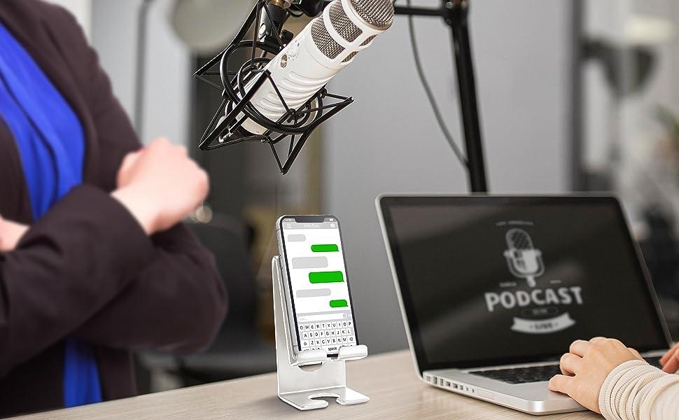 Ouça os podcasts com as mãos livres usando o suporte acrimet para apoiar o celular na mesa