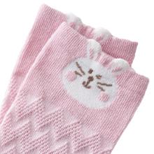 Estirar los calcetines para niños