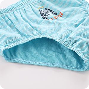 Slips niños pequeños con cinta elástica en las piernas para ofrecer mayor libertad de movimientos.