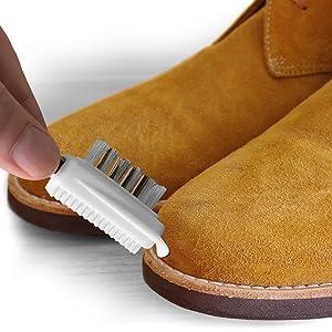 nettoyer le bord de la semelle avec la brosse